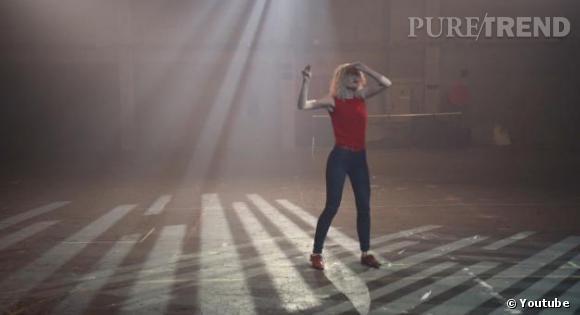 """Come To Me est accompagné d'un clip façon """"Flashdance"""" qui colle aux côté old school de la production."""
