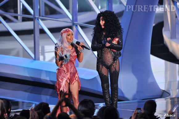 Lady Gaga et Cher sur la scène des MTV Music Video Awards en 2010.