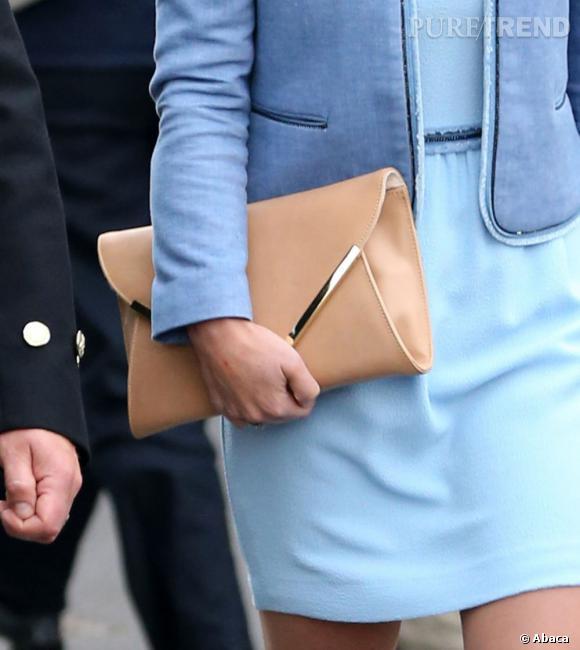 Pippa Middleton porte une belle pochette camel très élégante et bien vue avec du bleu.