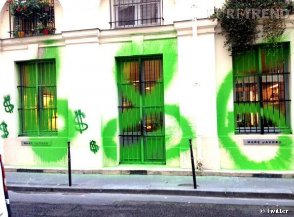 la dernière action de Kidult ? Taguer 686 sur la boutique parisienne de Marc Jacobs.