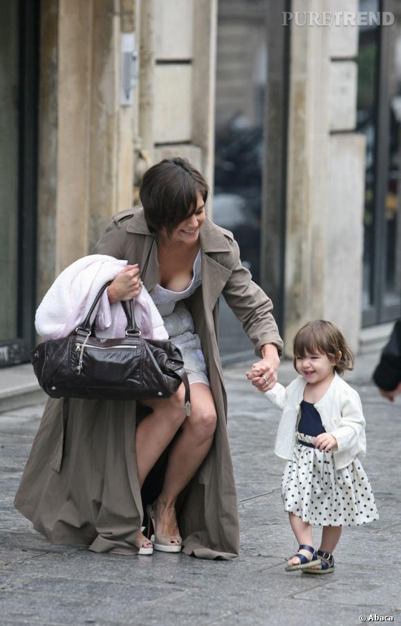 Katie Holmes et sa petite Suri foulent le pavé gaiement pour l'un des premiers pas de la petite poupée peste.