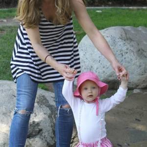 Rebecca Gayheart et sa petite fille en pleine séance de promenade.