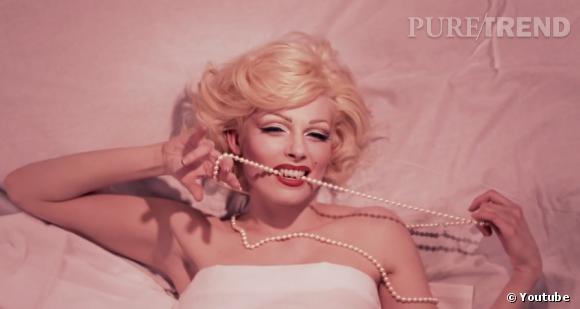 """Elodie Frégé se transforme en une Marylin Monroe dangereusement sexy pour son nouveau clip """"Comment t'appelles-tu ce matin""""."""