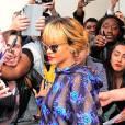 Le top caméléon :  Le total look imprimé réussi selon Rihanna, beaucoup de couleurs mais beaucoup d'élégance perchée sur des escarpins.