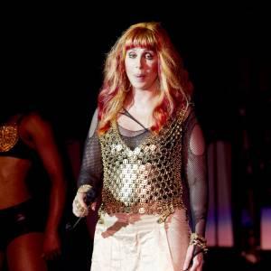 Côté look, c'est l'heure du bling bling pour Cher.