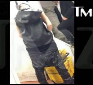 Dans cette vidéo obtenue par TMZ, on voit Justin Bieber faire pipi dans un seau de nettoyage, plutôt que des toilettes.