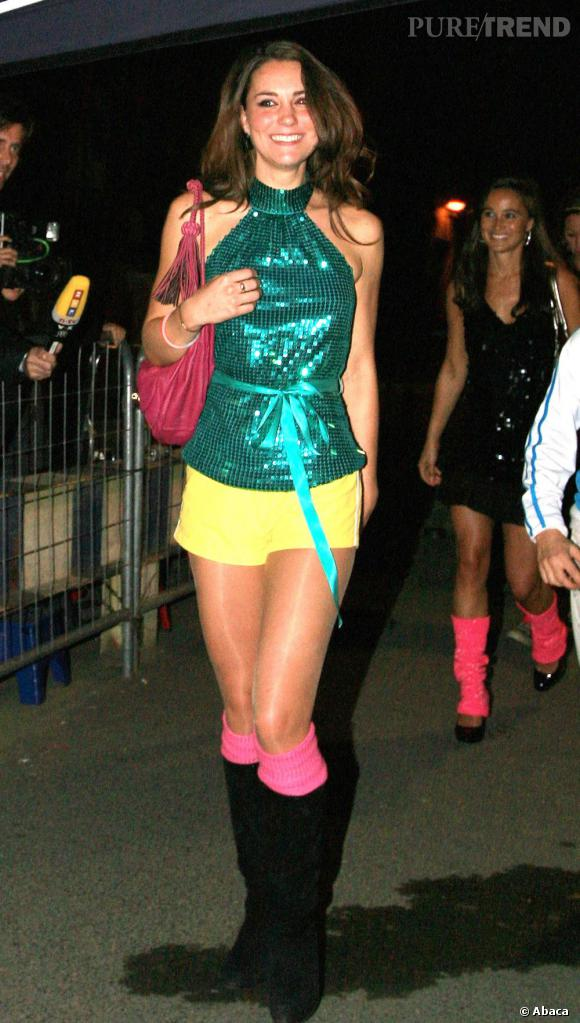 Le flop de Kate Middleton : pour une soirée disco ou juste pour la blague, on est pas fan du look. Le pire : les chaussures à bouts pointus et les collants brillants. Au moins, Kate prouve qu'elle est pleine d'audace.