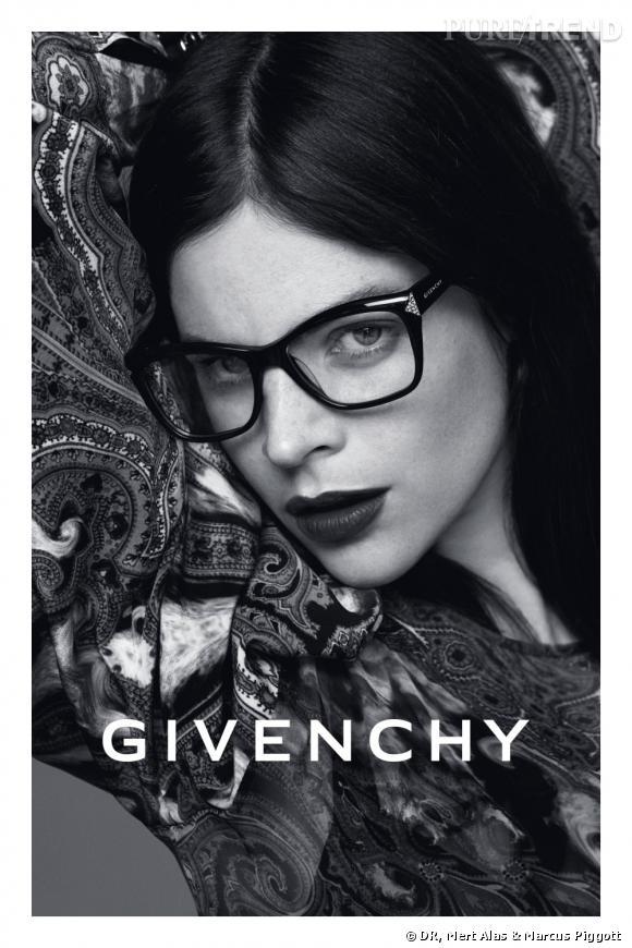 Julia Restoin Roitfeld est le visage de la nouvelle campagne Givenchy Eyewear.