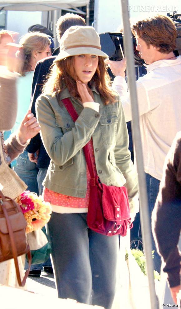 """Le flop """"look de tournage"""" : Jennifer Aniston accumule les couches et se dissimule sous un bob... Heureusement que ce n'est que pour un rôle !"""