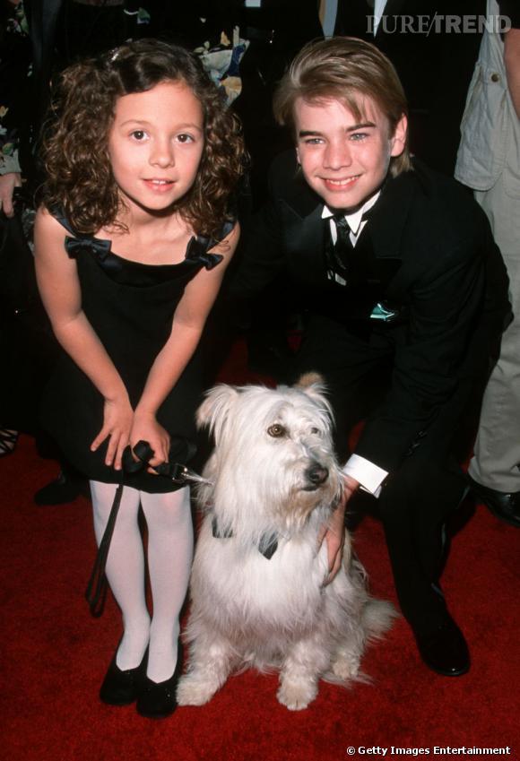 Mackenzie Rosman à l'époque de 7 à la maison. A ses côtés Happy le chien et David Gallagher, l'un de ses frères dans la série.
