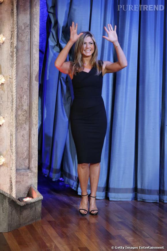 Jennifer Aniston, canon en petite robe noire sur le plateau de Late night with Jimmy Fallon le 1er août.
