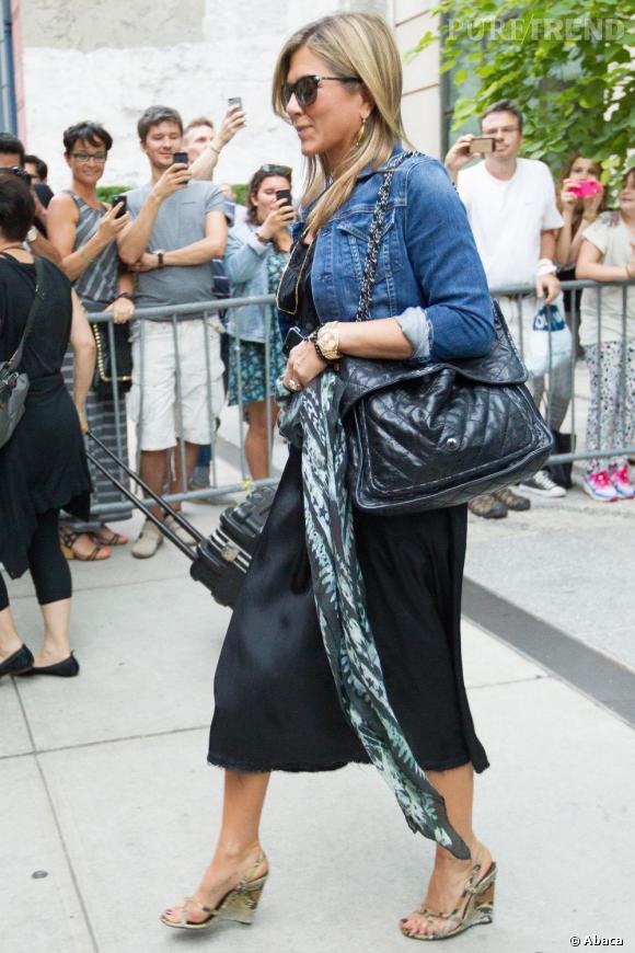 Jennifer Aniston opte pour l'association robe taille empire et accessoires portés devant son ventre.