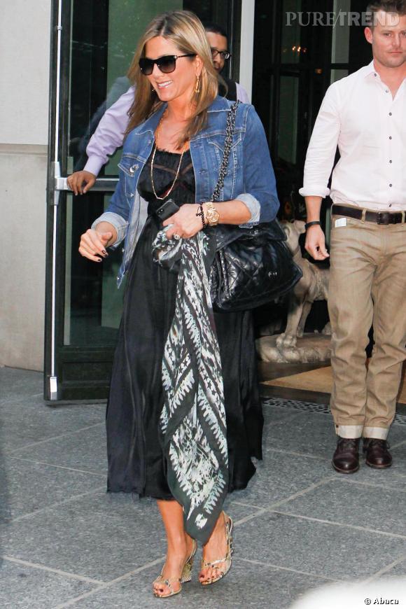 Jennifer Aniston s'amuserait-elle à nous cacher quelque chose ?
