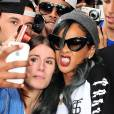 Même dans la rue, Rihanna n'oublie pas son sourire gangsta.