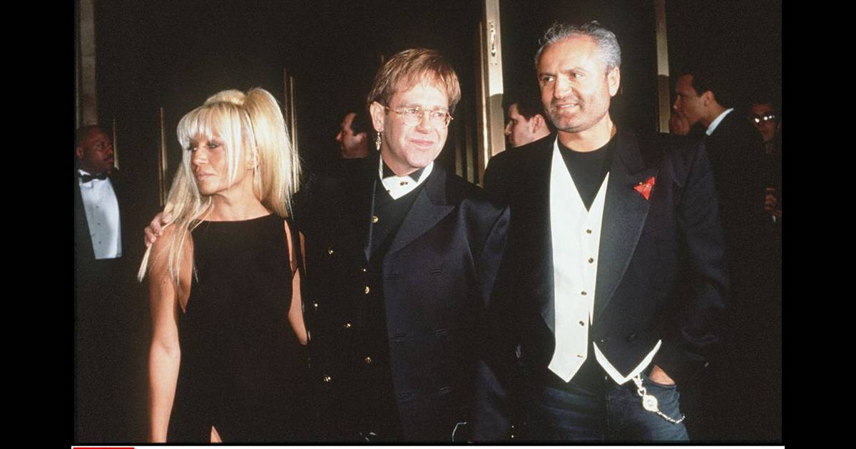 Donatella versace avec elton john et son fr re gianni for Donatella versace beach
