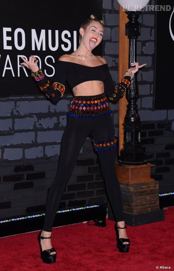 Dès le tapis rouge, Miley Cyrus annonce la couleur.