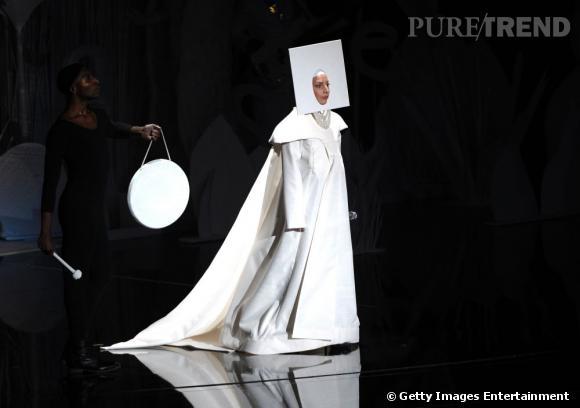 Lady Gaga est arrivée sur la scène des VMA vêtue de blanc... Elle ressemble à une bonne soeur arty.