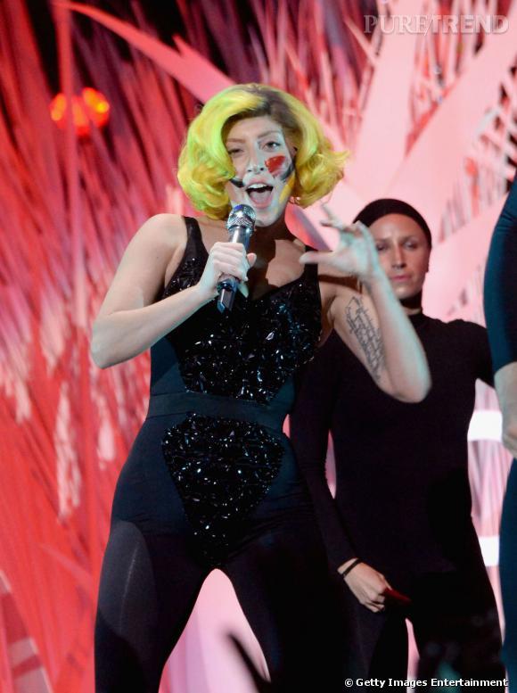 Pour le final de sa prestation live, Lady Gaga adopte le bikini coquillage du clip Applause. Elle a livré un show magistral.