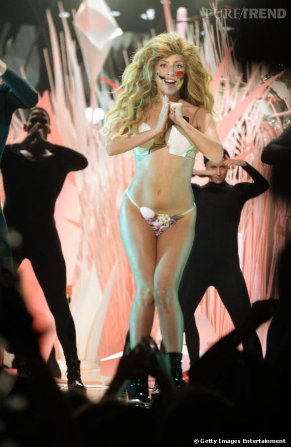 Lady Gaga et son fameux maquillage arty pour son dernier single Applause.