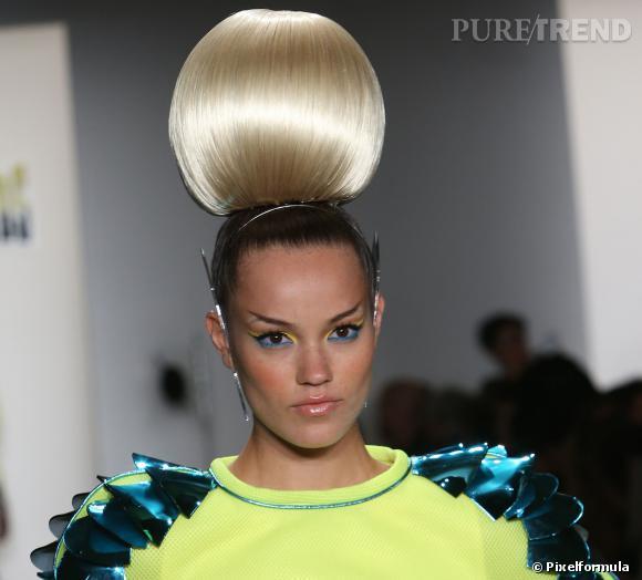 Le best-of beauté de la Fashion Week de New York    Le chignon boule démesuré   Défilé The Blonds printemps-été 2014