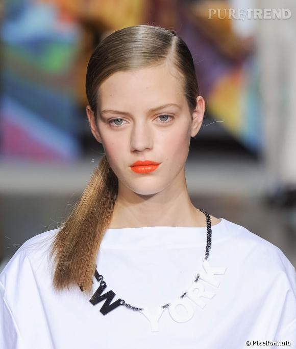 La queue de cheval sage et la bouche orange flashy   Défilé DKNY printemps-été 2014