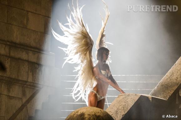 Les anges de Victoria's Secret en tenues légères en pleine nuit à Paris.
