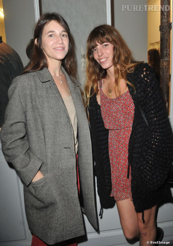Charlotte Gainsbourg et Lou Doillon au vernissage Kate Barry à Paris.
