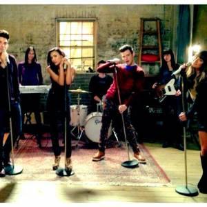 """Lea Michele a dévolé une image du tournage de """"Glee"""" avec Demi Lovato et Adam Lambert."""