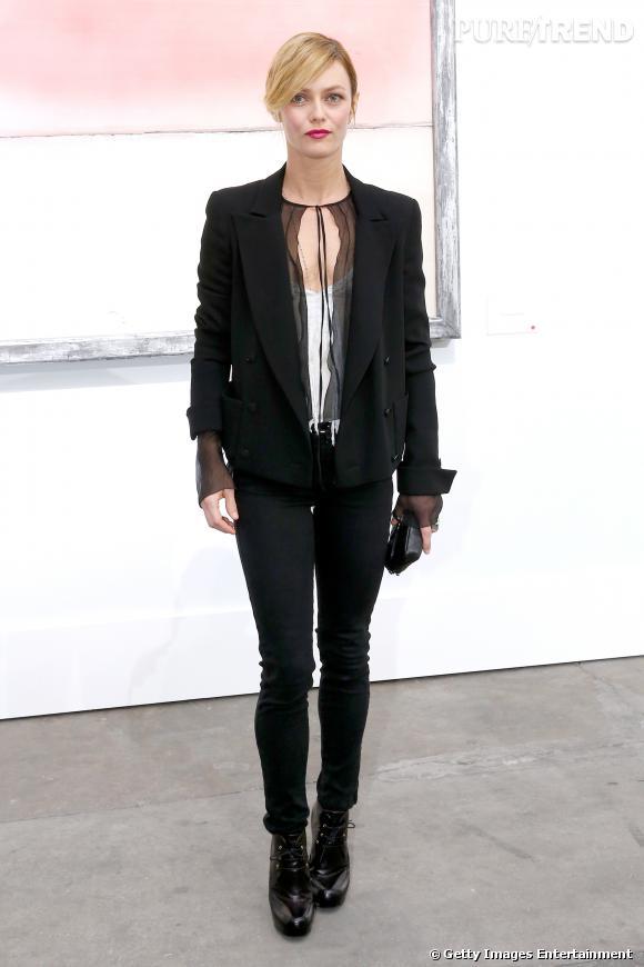 Vanessa Paradis portait une veste en tweed noir et un sac en cuir noir Chanel.