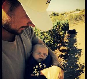 Josh Duhamel et son fils Axl dans les vignes.