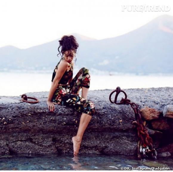 Rihanna présente sa collection pour River Island avec en arrière plan les beaux paysages de Grèce.
