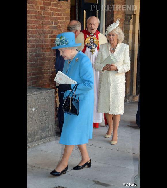 La Reine Elizabeth II haute en couleur aux côtés d'une Camilla plus discrète.