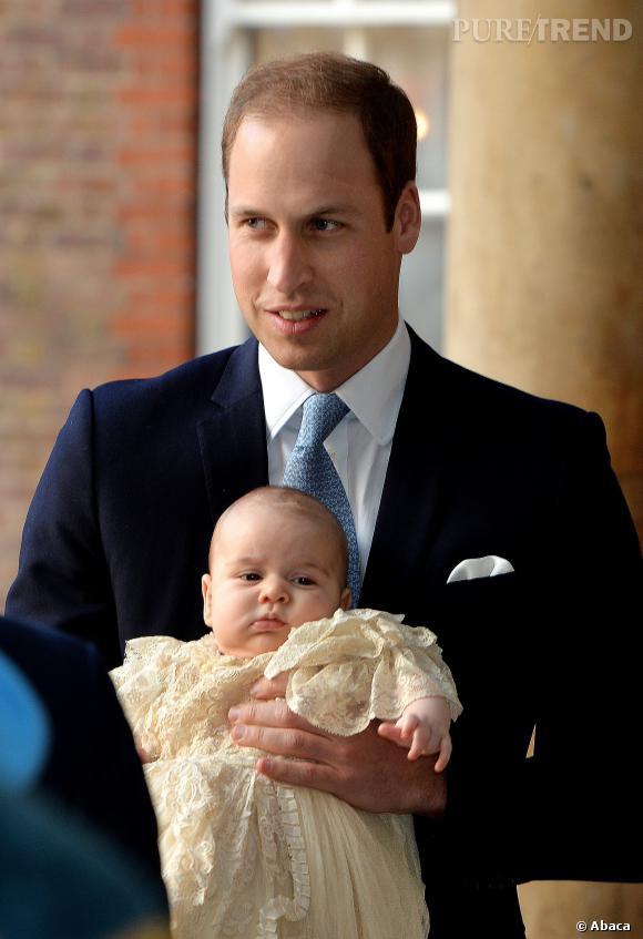 Le Prince William en costume bleu au baptême de son fils.