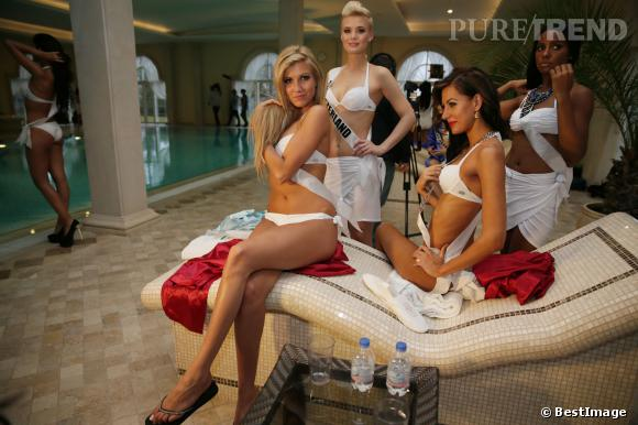 Dominique Rinderknecht (Miss Suisse) entourée de quelques participantes, au bord de la piscine.