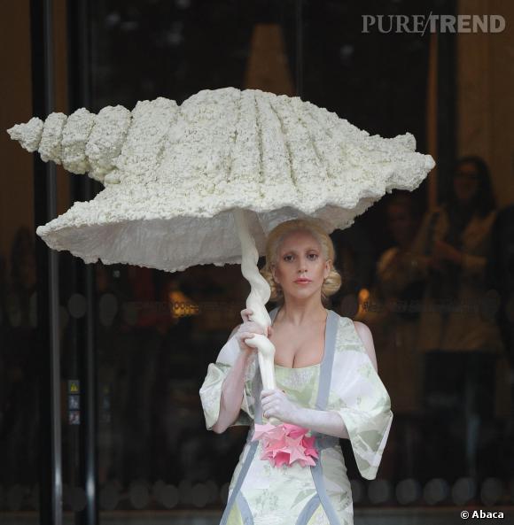 Lady Gaga continue ses sorties déjantées à Londres, misant cette fois-ci sur un costume de geisha, portant une énorme parapluie en forme de coquillage.