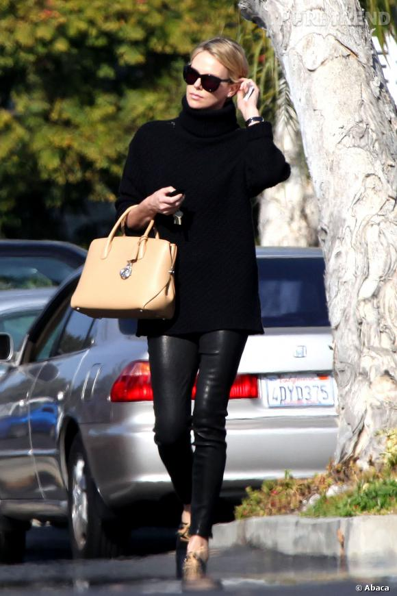 Charlize Theron, un ensemble mode et sexy avec son sac Christian Dior crème.