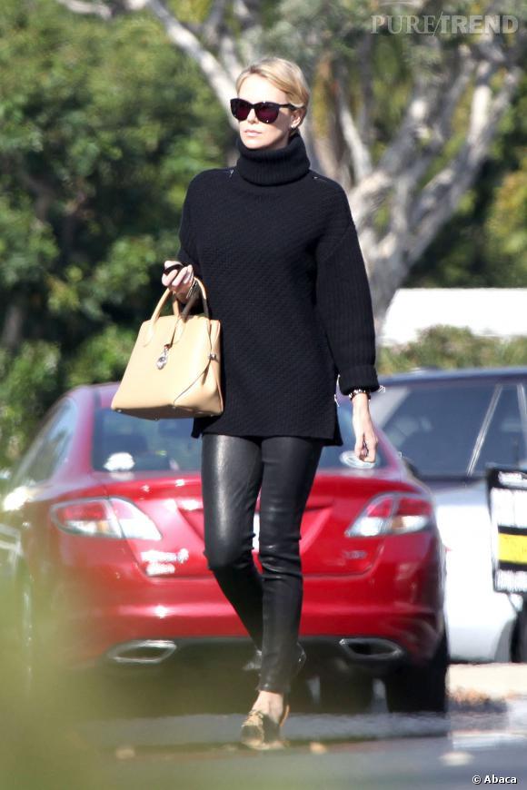 Charlize Theron flatte ses jambes dans un pantalon en cuir.