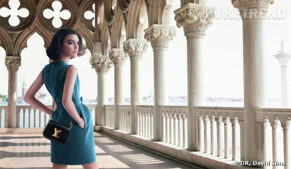"""Pour sa seconde """"Invitation au Voyage"""", Louis Vuitton emmène Arizona Muse à Venise."""