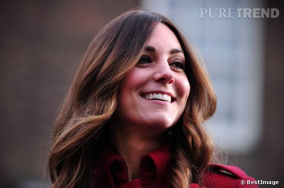 Kate Middleton avait opté pour un changement côté coiffure en se faisant une raie au milieu.