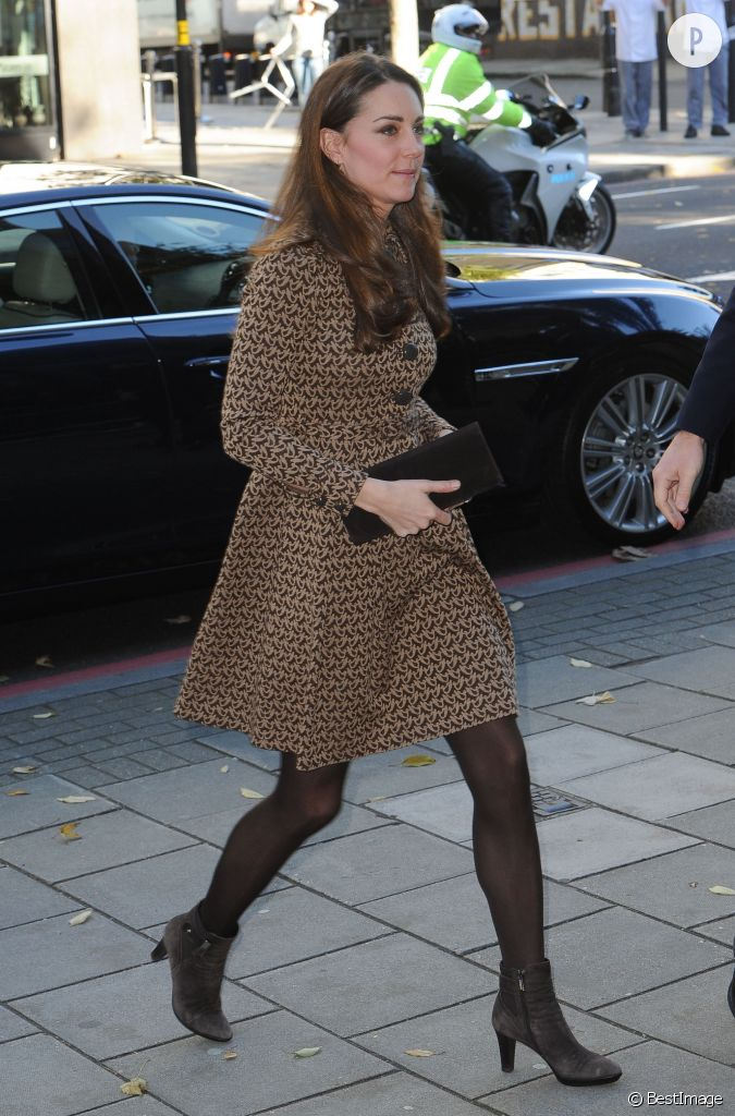 kate middleton peaufine sa tenue avec des bottines en daim. Black Bedroom Furniture Sets. Home Design Ideas