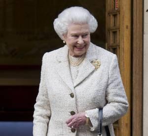 Il est rare de voir la reine sans gants. Bizarre qu'elle s'obstine à ne porter qu'un seul et même vernis depuis plus de 20 ans !