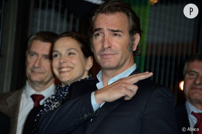 Jean dujardin s 39 entoure de deux belles et dr les actrices for Dujardin rire