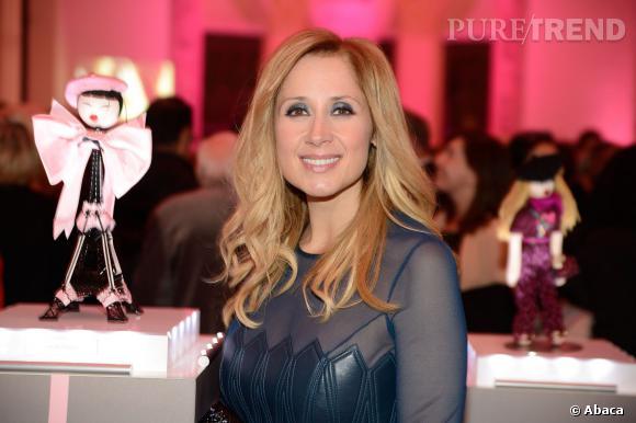 Lara Fabien pose avec les Frimousses lors de cette ventes aux enchères caritative.