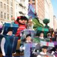Ariana Grande entourée de cadeaux à la parade de Thanksgiving Macy's, à New York.