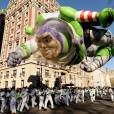 Buzz L'Eclair survole New York pendant  la parade de Thanksgiving Macy's.