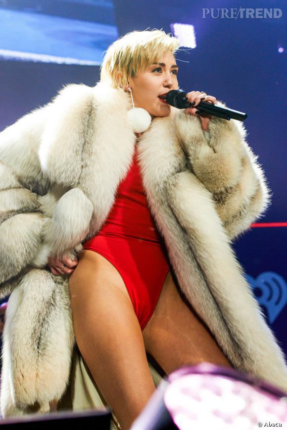 Miley Cyrus est arrivée au Jingle Ball avec un manteau de fourrure mais a bien vite effectué un strip-tease pour révéler son body.