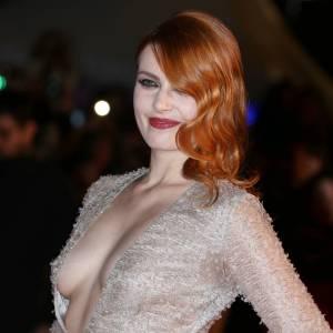 Elodie Frégé et son décolleté à couper le souffle sur le tapis rouge des NRJ Music Awards 2013 à Cannes.