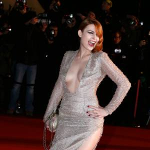Elodie Frégé frappe fort avec un décolleté étourdissant et un fendu haut sur la cuisse sur le tapis rouge des NRJ Music Awards 2013 à Cannes.