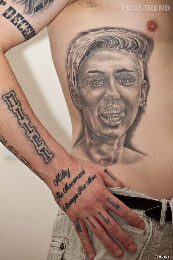 Carl McCoid et son tatouage Miley Cyrus qui tire la langue. C'est qui les jaloux ? Pas nous !
