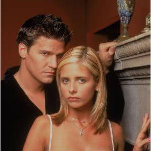 """David Boreanaz rencontre le succès grâce à """"Buffy"""" et sa partenaire dans la série, Sarah Michelle Gellar."""